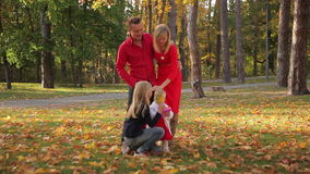 De pret van de familie in het park stock video