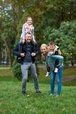 De pret van de familie in het park Stock Foto's