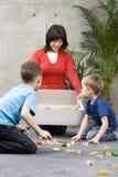 De pret van de familie met schoonmaken stock foto