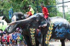 De pret van de olifant in waterfestival. Stock Afbeeldingen