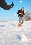 De pret van de winter - sneeuwbalstrijd Stock Foto