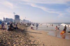 De pret van de zomer bij het strand! Royalty-vrije Stock Afbeelding