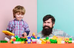 De pret van de familie de bouwhuis met kleurrijke aannemer Gelukkige familievrije tijd vader en zoonsspelspel Kindontwikkeling stock afbeeldingen