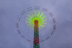 De carrousel van het gevaar - groot wiel in motie bij nacht Royalty-vrije Stock Afbeelding