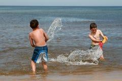 De pret van het strand - geniet van op golven Stock Afbeelding