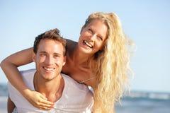 De pret van het strandpaar - minnaars op romantische reis Stock Afbeeldingen