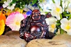 De pret van Hoteibudai in de tuinbloemen Hotei, Budai – in Japanse mythologie de goden van geluk, God van mededeling, vreugde e royalty-vrije stock afbeelding