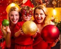 De pret van de Kerstmisfamilie De partij van Kerstmis Het vrouwenrood kleedt feestelijke stemming viert Kerstmis met weinig leuke stock foto's