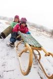 De pret van kinderen op de sneeuw stock afbeelding