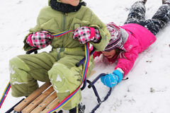 De pret van kinderen op de sneeuw stock afbeeldingen
