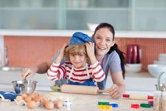 De pret van kinderjaren in de keuken Stock Foto's