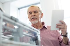 De prettige hogere 3D printer van de mensenvestiging met tablet Royalty-vrije Stock Afbeelding
