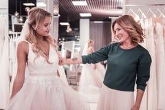 De prettige vrouw die van Nice haar steun tonen aan dochter royalty-vrije stock afbeeldingen