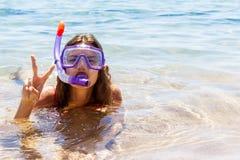 De pretvrouw die van de strandvakantie een maskerbuis voor het zwemmen in oceaanwater dragen Close-upportret van een meisje in ha royalty-vrije stock afbeelding