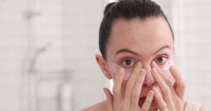 De pretvrouw neemt van gezichtsoogflard stock footage