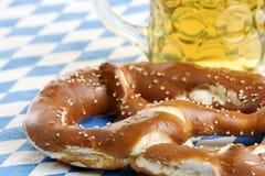 De Pretzel van Oktoberfest dichtbij bierstenen bierkroes (mok) Stock Afbeeldingen