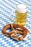 De Pretzel van Oktoberfest en geroepen de Stenen bierkroes van het Bier Stock Afbeeldingen