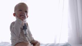 De preventie van hoest, leuke zuigelingsjongen ademt via Inhaleertoestellencompressor voor Traktatiesontsteking van luchtroutes i stock video