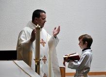 De priester en verandert Jongen Royalty-vrije Stock Afbeeldingen