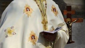 De priester leest een gebed Stock Foto's