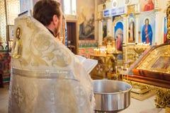 De priester leest het gebed in kerk stock foto's
