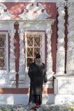 De priester in SAM-sergeiabdij, Russische federatie Stock Afbeeldingen