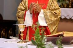 De priester viert huwelijksmassa bij de kerk Stock Afbeelding