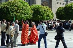 De priester zegent de vlaggen Royalty-vrije Stock Fotografie