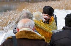 De priester zegent een vrouw Royalty-vrije Stock Foto
