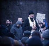 De priester zegent evromaydan activisten in Ukrain Stock Afbeeldingen