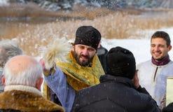 De priester zegent parochianen Stock Foto's