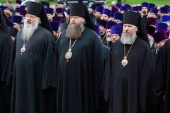De priesters zingen bij ceremonie van kroon het leggen stock foto's