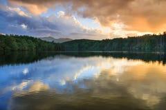 De Prijsmeer Blauw Ridge North Carolina van de wolkenzonsondergang Stock Foto's