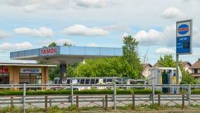 De prijzen van het Tamoilbenzinestation dichtbij Milaan Tamoil maakt deel uit van Oilinvest vanaf 2013 Tamoil had 2.462 benzinest Stock Afbeeldingen