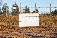 De prikkeldraadomheining beschermt de gevarenzone Witte Tekenraad royalty-vrije stock foto's