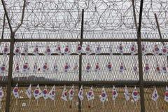 De prikkeldraadomheining scheidt Zuiden van Noord-Korea - Zuidkoreaanse vlaggen in bijlage aan omheining - Azië NOVEMBER 2013 Stock Foto