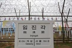 De prikkeldraadomheining scheidt Zuiden van Noord-Korea - Zuidkoreaanse vlaggen in bijlage aan omheining - Azië - ONDERTEKEN PUNT Stock Foto