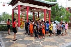 De primaire studenten luisteren over praktijk terwijl verblijf het Thais-CHINESE CULTURELE CENTRUM van een deskundige stock afbeelding