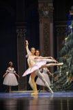 De prins en Clara zeer gelukkig-in het Kerstmis boom-Tableau de 3-Balletnotekraker Stock Foto