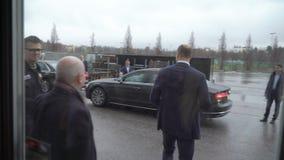 De prins William, Hertog van Cambridge, gaat het centrum van Messukeskus Expo na het bezoeken van de start de gebeurtenissneeuwbr stock videobeelden