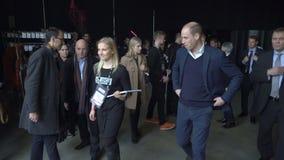 De prins William, Hertog van Cambridge, gaat het centrum van Messukeskus Expo na het bezoeken van de start de gebeurtenissneeuwbr stock footage