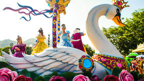 De Prinses On The Swan van fantasiefaire in Paradecaravan in Disneyla Stock Foto's