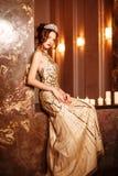 De prinses van de vrouwenkoningin in kroon en de kleding van Lux, lichtenpartij backgr stock foto