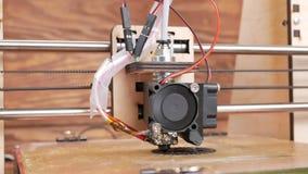 De printer drukt het toestel Een laag door laag verschijnt op de Desktop stock videobeelden