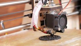 De printer drukt het toestel Een laag door laag verschijnt op de Desktop Bewegende camera stock videobeelden