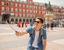 A de prise heureux et enthousiaste de jeune homme de touristes caucasien beau photographie stock