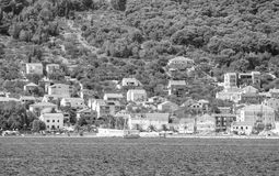 De privé bouw door de Adriatische kust in zwart-wit Kroatië stock fotografie