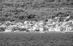 De privé bouw door de Adriatische kust in zwart-wit Kroatië royalty-vrije stock foto