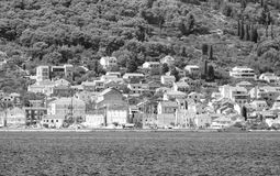 De privé bouw door de Adriatische kust in zwart-wit Kroatië royalty-vrije stock foto's