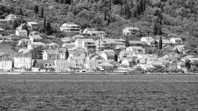 De privé bouw door de Adriatische kust in zwart-wit Kroatië stock afbeeldingen